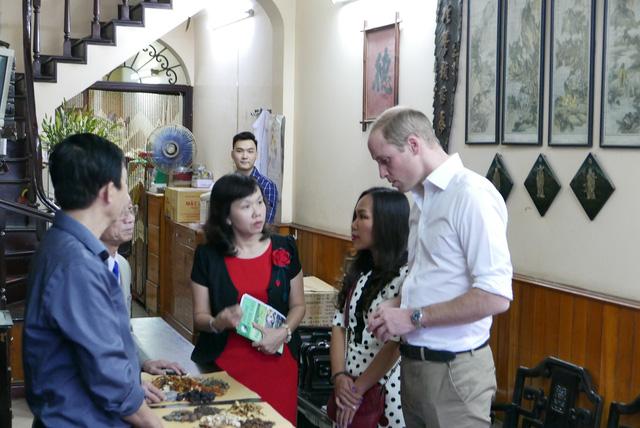 Hoàng tử Anh William ghé thăm một tiệm thuốc Bắc. Ảnh: Dân trí