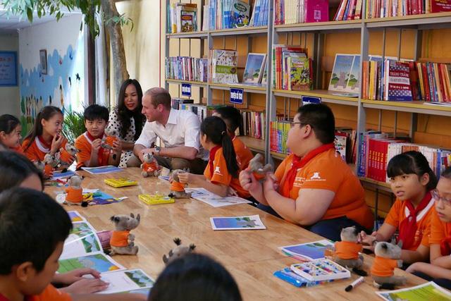 Hoàng tử Anh ghé thăm trường tiểu học Hồng Hà. Ảnh: Trí thức trẻ