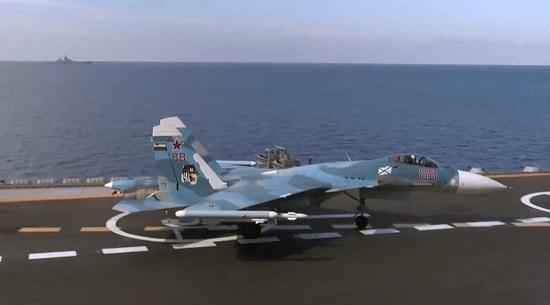 Chiến sự Syria: Máy bay chiến đấu Su-33 trước khi cất cánh từ tàu sân bay ''Đô đốc Kuznetsov''.