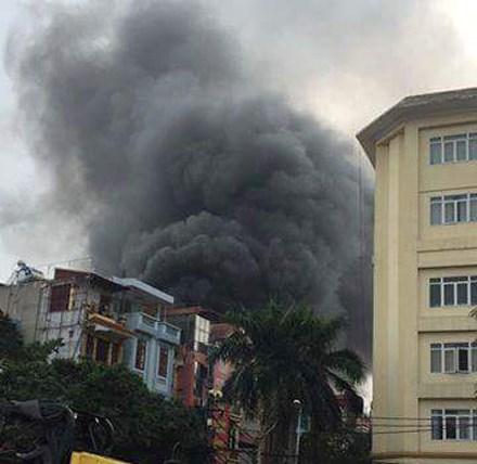 Hiện trường vụ cháy lớn trên phố Trần Khát Chân. Ảnh: Lao động