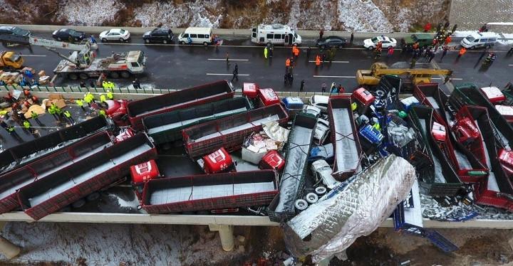 """""""Sương mù dày đặc nên tôi phải lái chậm rãi khi ra khỏi đường hầm. Lúc đó, tôi nhìn thấy 2 chiếc xe chắn ngang đường nên nhấn phanh"""" - Đài truyền hình Trung ương Trung Quốc (CCTV) dẫn lời một tài xế kể về vụ tai nạn. Ảnh: AFP"""