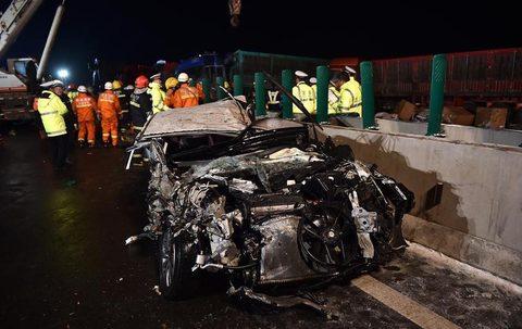 Các xe gặp nạn gồm xe tải có tải trọng lớn và ô tô di chuyển trên cao tốc. Ảnh: Xinhua