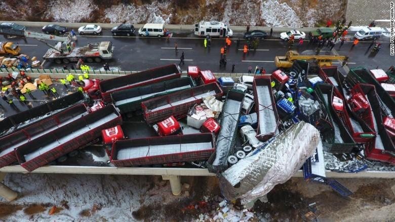 Theo báo Tri thức trực tuyến, vụ tai nạn xảy ra lúc 9h sáng 21/11. Nguyên nhân ban đầu của vụ việc được xác định là do đường trơn trượt và sương mù dày đặc. Ảnh: CNN