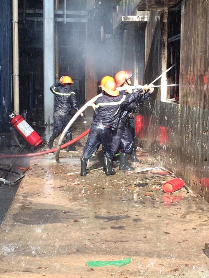 Lực lượng PCCC đã khống chế được đám cháy. Ảnh: Báo Quảng Ninh