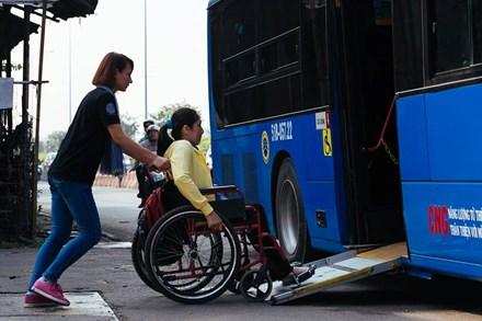 Hệ thống xe buýt cần hỗ trợ nhiều hơn nữa cho người khuyết tật khi đi lại Ảnh: DRD