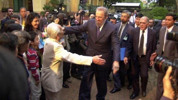 Đại tướng Võ Nguyên Giáp và Chủ tịch Fidel Castro dang rộng vòng tay khi gặp nhau tại nhà riêng Đại tướng năm 2003.  Ảnh: Xuân Gụ
