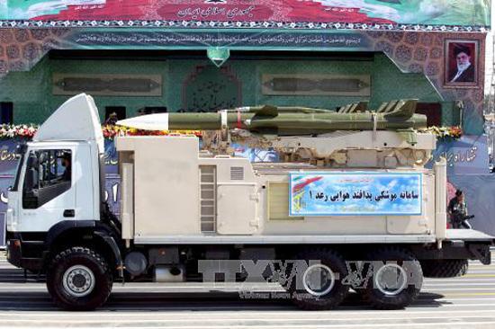 Chiến sự Syria: Xe quân sự chở tên lửa Raad của quân đội Iran trong lễ diễu binh ở Tehran ngày 22/9/2015. Ảnh: REUTERS/TTXVN