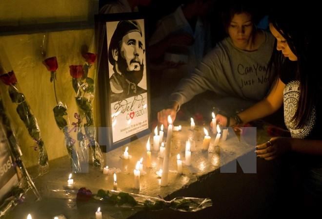 Người dân Cuba thắp nến tưởng niệm Lãnh tụ Fidel Castro tại La Habana ngày 26/11. Ảnh: AP/TTXVN