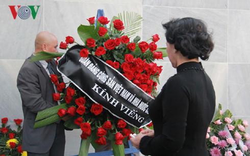 Đoàn đại biểu Đảng, Nhà nước Việt Nam đặt vòng hoa viếng lãnh tụ Cuba Fidel Castro. Ảnh: VOV