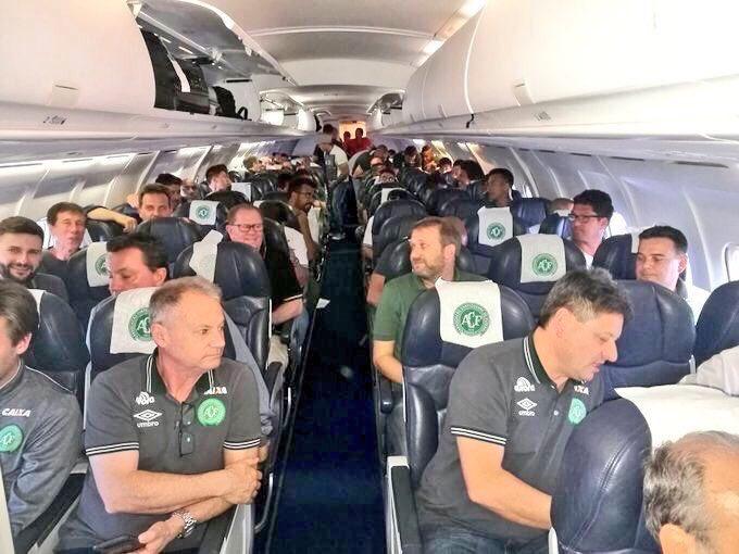 Các thành viên của đội bóng Brazil trên máy bay. Ảnh: RT