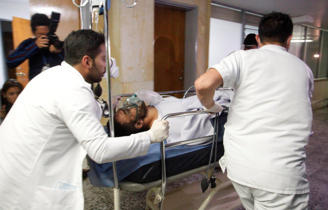 Cầu thủ Alan Luciano Ruschel của đội Chapecoense được cấp cứu sau vụ tai nạn. Ảnh: Reuters