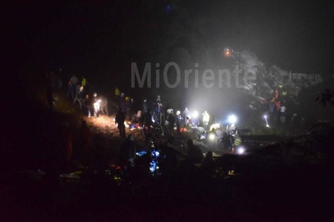 Lực lượng cứu hộ tại hiện trường máy bay rơi ở thị trấn La Union. Ảnh: MiOriente
