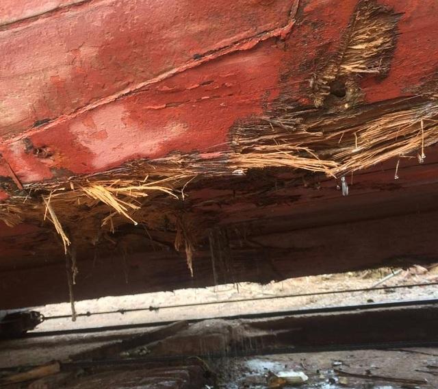 Vỏ tàu vỡ nát khiến chiếc tàu bị chìm nhanh
