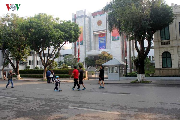 Lá cờ rủ trước trụ sở HĐND, UBND TP Hà Nội.