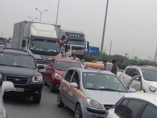 Giao thông trên tuyến cao tốc Pháp Vân - Cầu Giẽ bị ùn tắc hàng giờ đồng hồ do ô tô bốc cháy. Ảnh: Tiền phong