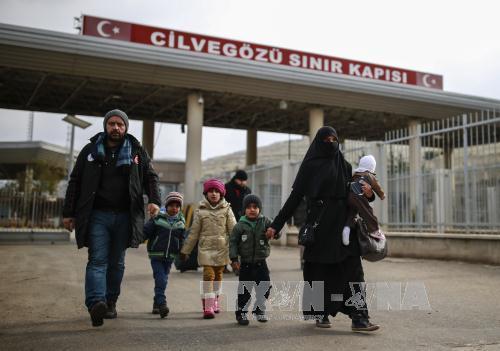 Khủng bố IS: Người dân Syria băng qua cửa khẩu Cilvegozu để sang Thổ Nhĩ Kỳ ngày 17/12. Ảnh: AP/TTXVN