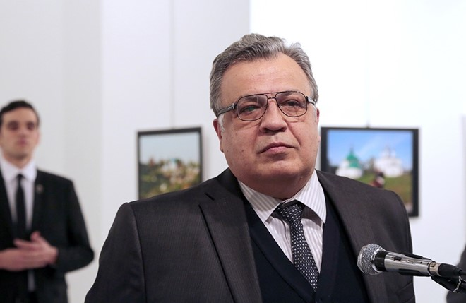 Đại sứ Nga Thổ Nhĩ Kỳ Andrei Karlov phát biểu tại buổi triển lãm ảnh ''Nước Nga trong mắt Thổ Nhĩ Kỳ''. Ảnh: AP