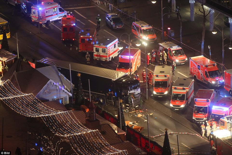Hàng chục xe cảnh sát và cứu thương vây quanh chiếc xe tải hang nặng màu đen tại hiện trường. Nguồn: bild.de
