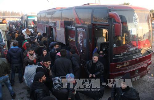 Chiến sự Syria: Người dân Syria sơ tán tới khu vực Khan al-Assal, phía tây Aleppo ngày 19/12. Ảnh: AP/TTXVN
