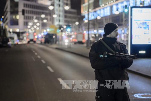 Khủng bố IS: Cảnh sát phong tỏa hiện trường vụ đâm xe tải vào đám đông ở Đức ngày 19/12 để điều tra. Ảnh: EPA/TTXVN