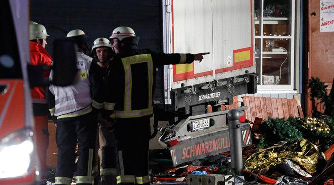 Khủng bố IS: Cảnh sát tại hiện trường vụ lao xe tải vào chợ Giáng sinh ở Berlin, Đức ngày 20/12. Ảnh: Reuters