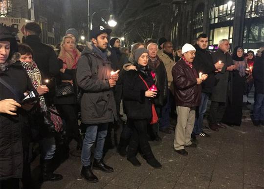 Khủng bố IS: Người dân đốt nến tưởng niệm các nạn nhân ở Berlin hôm 20/12. Ảnh: PA
