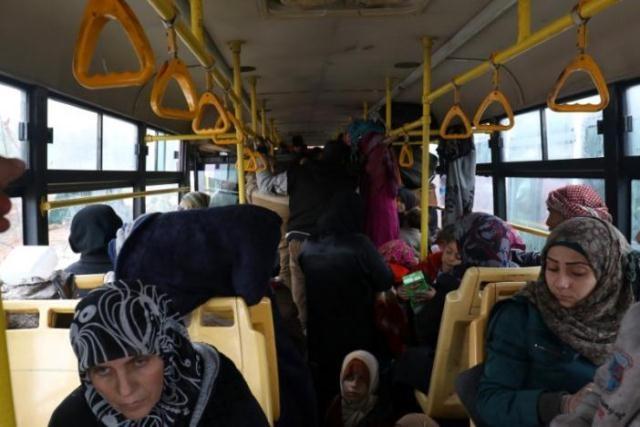Chiến sự Syria: Xe ô-tô chở người dân đi sơ tán tại khu vực Rashideen, tỉnh Aleppo, ngày 22/12. Ảnh: Reuters