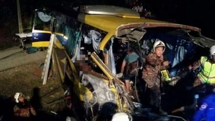 Lực lượng cứu hộ đưa các nạn nhân ra ngoài