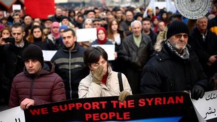 Chiến sự Syria: Người Châu Âu tuần hành tỏ tình đoàn kết với người dân Aleppo, ảnh chụp ngày 14/12/2016, tại Sarajevo.