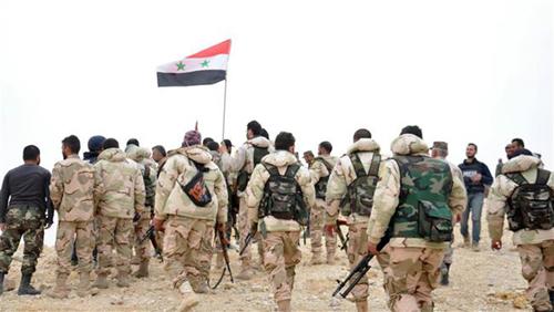 Chiến sự Syria: Binh sĩ Syria tập trung quanh lá quốc kỳ. Ảnh: SANA/AP