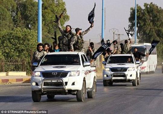 Khủng bố IS: Liên minh do Mỹ dẫn đầu đang nhằm mục tiêu không kích vào Raqqa, Syria. Ảnh: Daily Mail