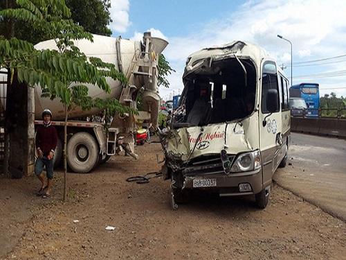 tai nạn giao thông ngày 8/1: Xe khách cán nam thanh niên tử vong rồi lao xuống mương nước