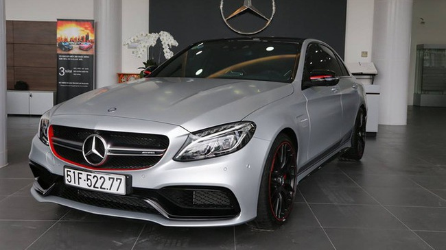 Mercedes-AMG C63 S Edition 1 nổi bật trong bộ áo màu bạc, cùng đường sọc đen chạy dài bên hông xe. Ngoài ra, hàng độc còn được trang bị bộ la-zăng Performance màu đen mờ đối lập với cùm phanh AMG và viền đỏ nổi bật, báo Trí thức trẻ đưa tin.