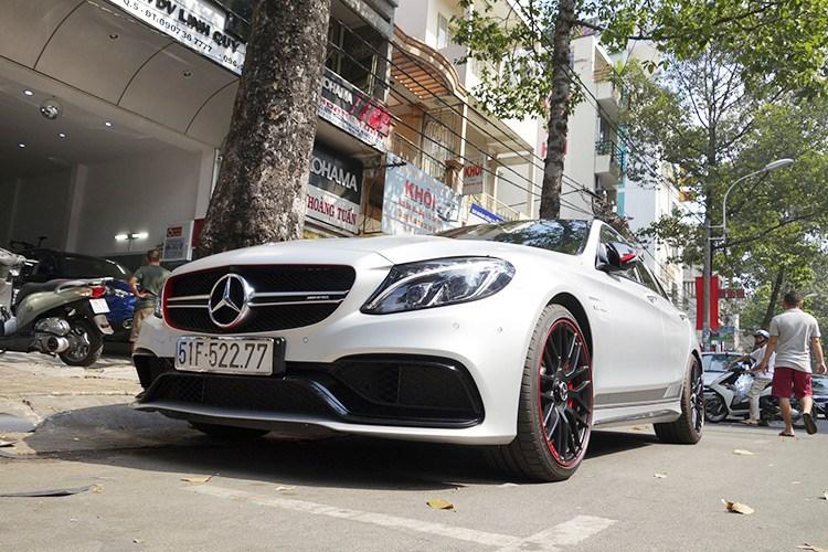 báo Kiến thức cho hay, doanh nhân phố núi - Cường Đô la vừa tiếp tục gây choáng với nhiều dân chơi xe Việt, khi thu nạp thêm mẫu xế ''khủng'' Mercedes-AMG C63 S Edition 1. Đây là mẫu xe Mercedes-Benz nhập khẩu chính hãng thuộc diện độc nhất vô nhị tại thị trường Việt Nam hiện nay.