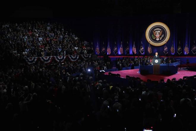 Cả hội trường hỗn loạn khi Tổng thống Obama nhắc đến ông Trump.