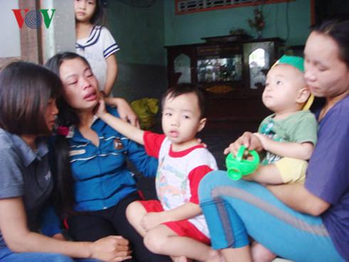 Chị Phạm Thị Lắng cùng 2 con của nạn nhân Lê Thành khóc ngất khi nghe tin chồng, cha tử nạn dưới hầm nước mắm. Ảnh: VOV