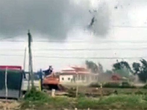 Bạc Liêu: Hàng chục nhà dân bị lốc xoáy cuốn sập