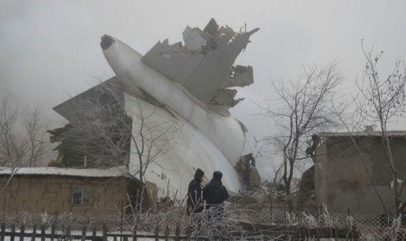Chiếc máy bay rơi ''cày nát'' 15 nhà dân. Ảnh: Express