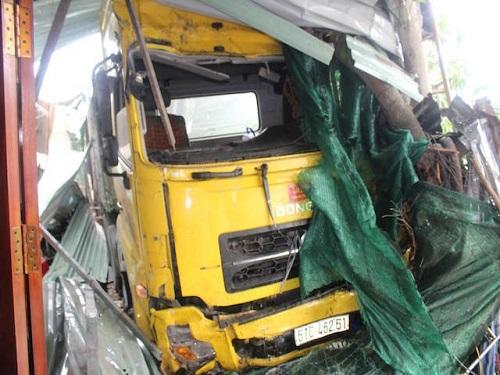 Tai nạn giao thông ngày 16/1: Ông chết lặng khi container tông chết con dâu và cháu