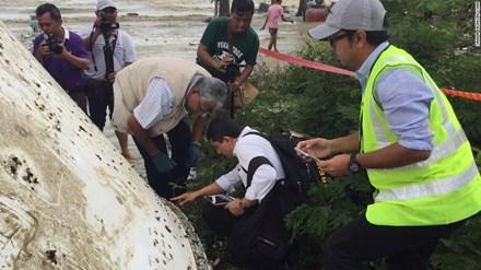 Các chuyên gia thẩm định mảnh vỡ phát hiện ở Thái Lan tháng 12/2015, kết quả cho thấy không phải của MH370.