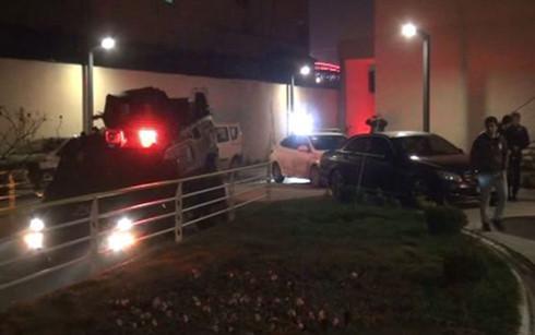 Cảnh sát bao vây tòa nhà nơi nghi phạm vụ tấn công khủng bố tại Thổ Nhĩ Kỳ lẩn trốn. Ảnh: dailysabah