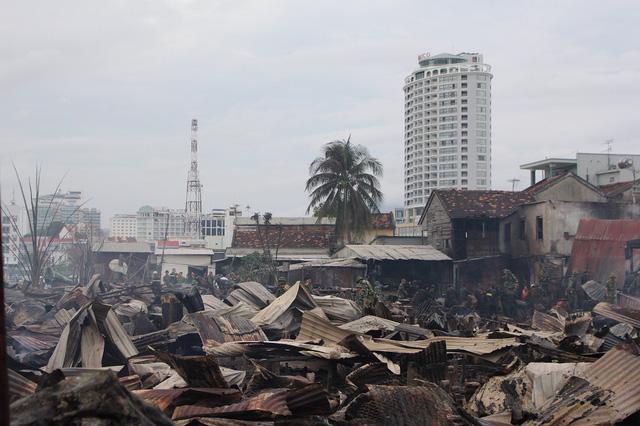 Sáng nay, Chủ tịch phường khẳng định vụ cháy đã thiêu rụi 70 ngôi nhà của người dân, 400 người dân bị ảnh hưởng, mất nhà. Ảnh: Dân trí