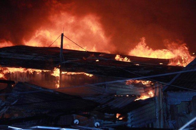 Bà Đỗ Thị Kim Liên (45 tuổi) có nhà bị cháy hoàn toàn vừa khóc vừa kể khi cả nhà bà vừa vào giường chuẩn bị ngủ đi ngủ thì nhìn qua cửa sổ, thấy nhà hàng xóm cháy, nên vợ chồng bà chạy sang ứng cứu. Ảnh: Tuổi trẻ
