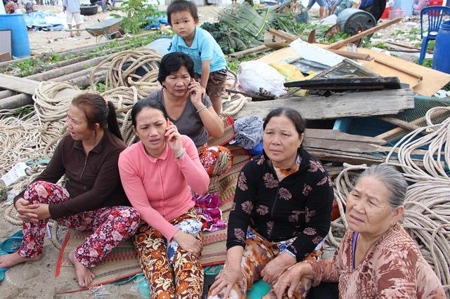 Người dân buồn bã vì bị mất nhà và tài sản sau vụ cháy lớn ở Nha Trang. Ảnh: Dân trí