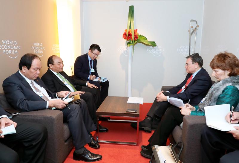 Thủ tướng Nguyễn Xuân Phúc đề nghị Standard Chartered chia sẻ kinh nghiệm và hỗ trợ các ngân hàng thương mại của Việt Nam. Ảnh: TTXVN