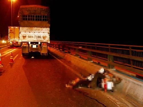 Tai nạn giao thông ngày 22/1: Xe buýt tông thẳng xe máy, cha tử vong tại chỗ, con nguy kịch