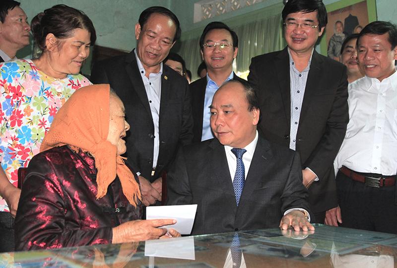 Thủ tướng thăm hỏi, chúc Tết Mẹ Việt Nam Anh hùng Lê Thị Trị (92 tuổi, con gái đầu của mẹ Thứ). Ảnh: VGP