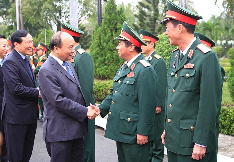 Thủ tướng Nguyễn Xuân Phúc thăm hỏi cán bộ, chiến sĩ Bộ Tư lệnh Quân khu 5. Ảnh: VGP