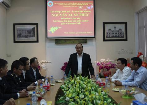 Thủ tướng nhắc nhở lực lượng Hải quan Tân Sơn Nhất phải thường xuyên ứng trực đầy đủ, không lơ là mất cảnh giác, bảo đảm cho người dân, du khách, bà con Việt kiều về quê ăn Tết thuận lợi. Ảnh: VGP