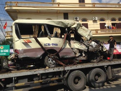 tai nạn giao thông ngày mùng 3 Tết: 2 xe máy tông nhau vỡ nát, 6 người nguy kịch